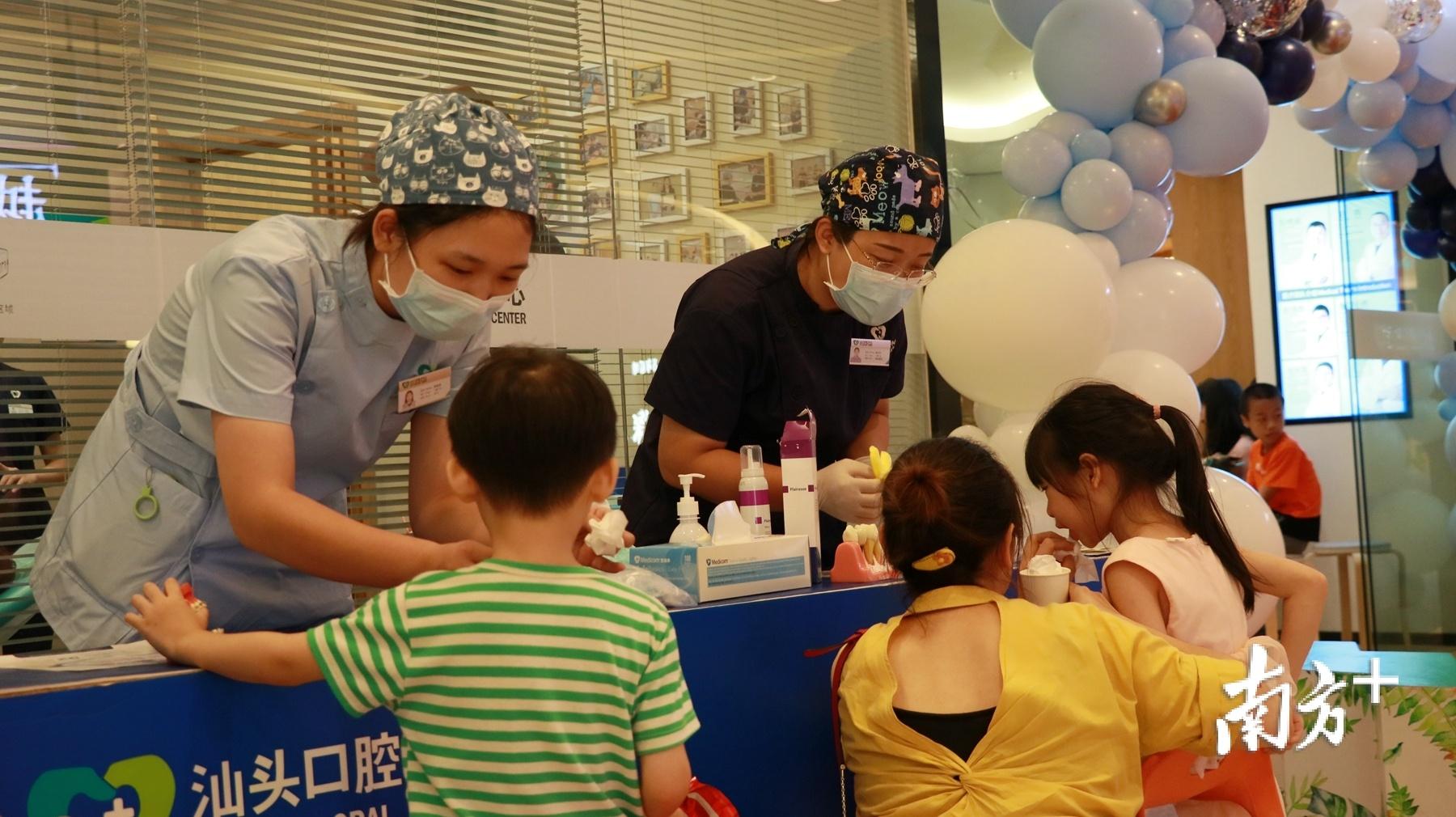 医护人员现场为小朋友讲解爱牙知识。