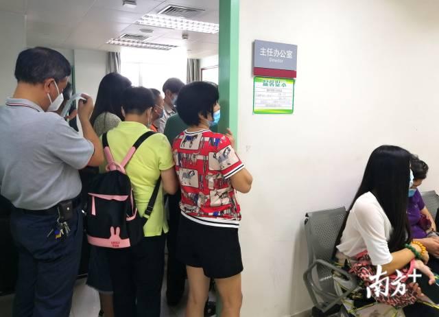 为了方便就诊患者,廖新学办公室门口专门摆放了长椅、贴上门诊时间安排表。张炳锋摄