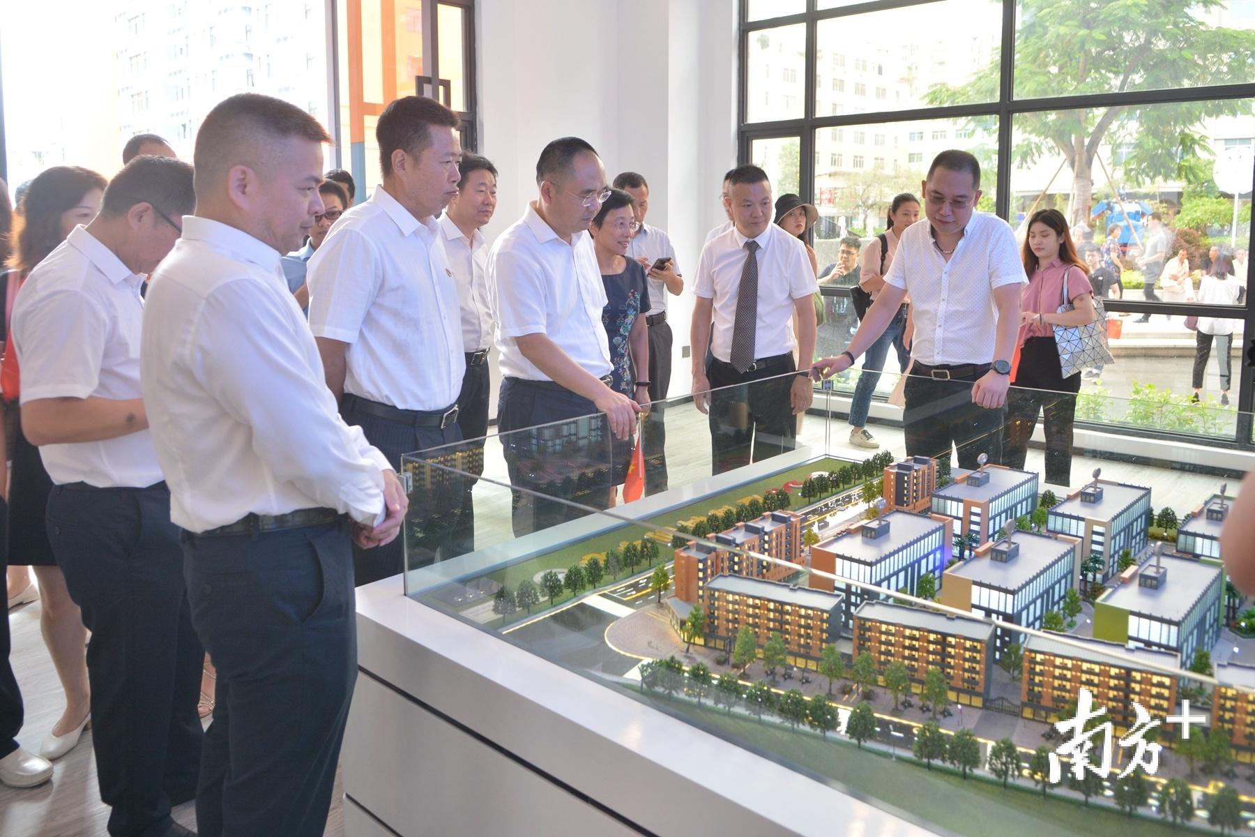 汕头市副市长李钊,澄海区委书记刘永铭等参观科创中心。