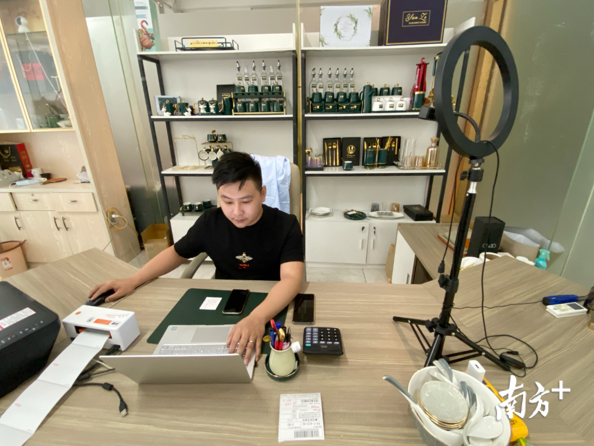"""在瓷都电商产业园内,来自安徽的""""90后""""查仙树正在线上回复买家留言。纪金娜 摄"""