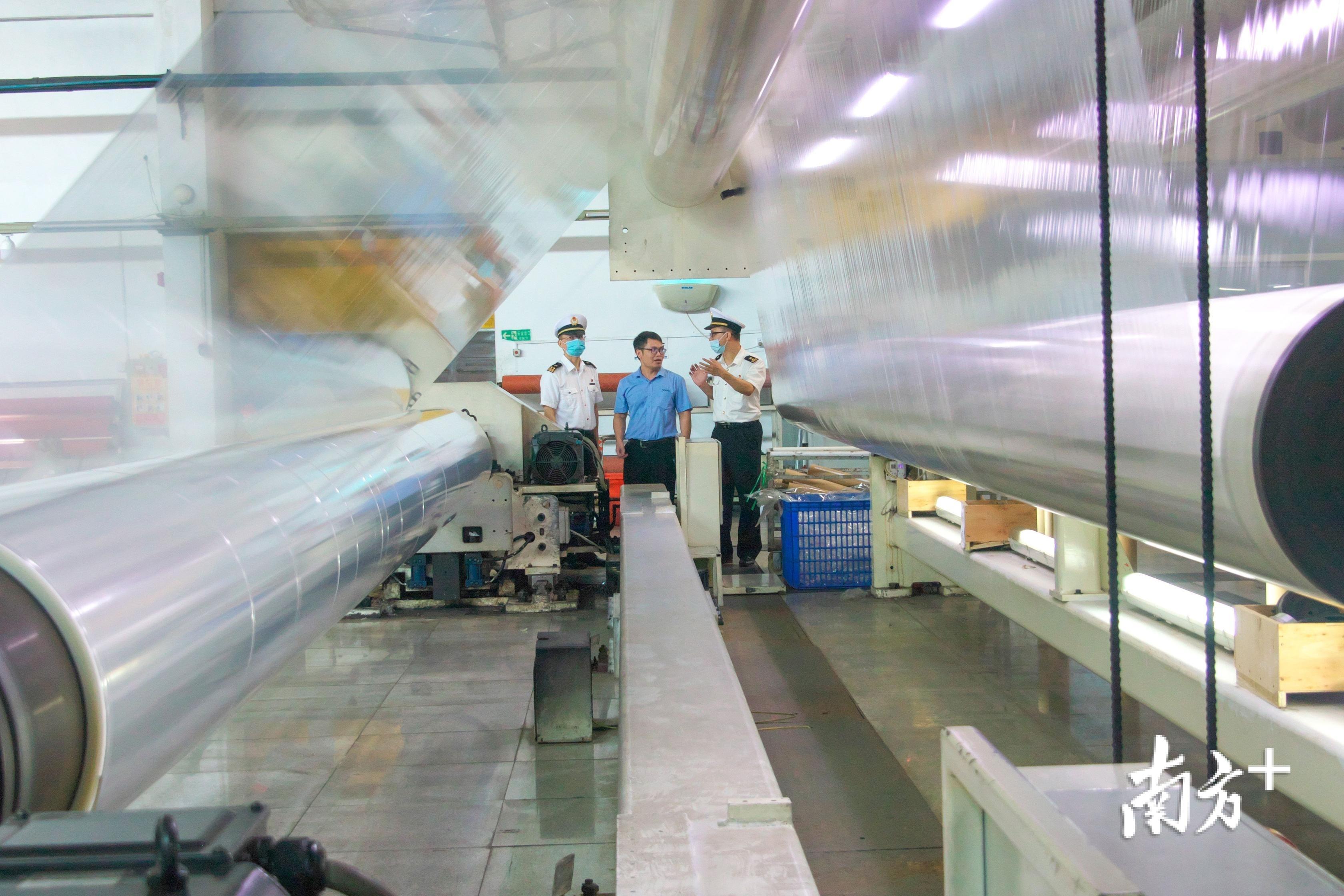 汕头海关所属普宁海关关员赴广东威孚包装材料有限公司做好内销产品风险排查工作。陈文平 摄