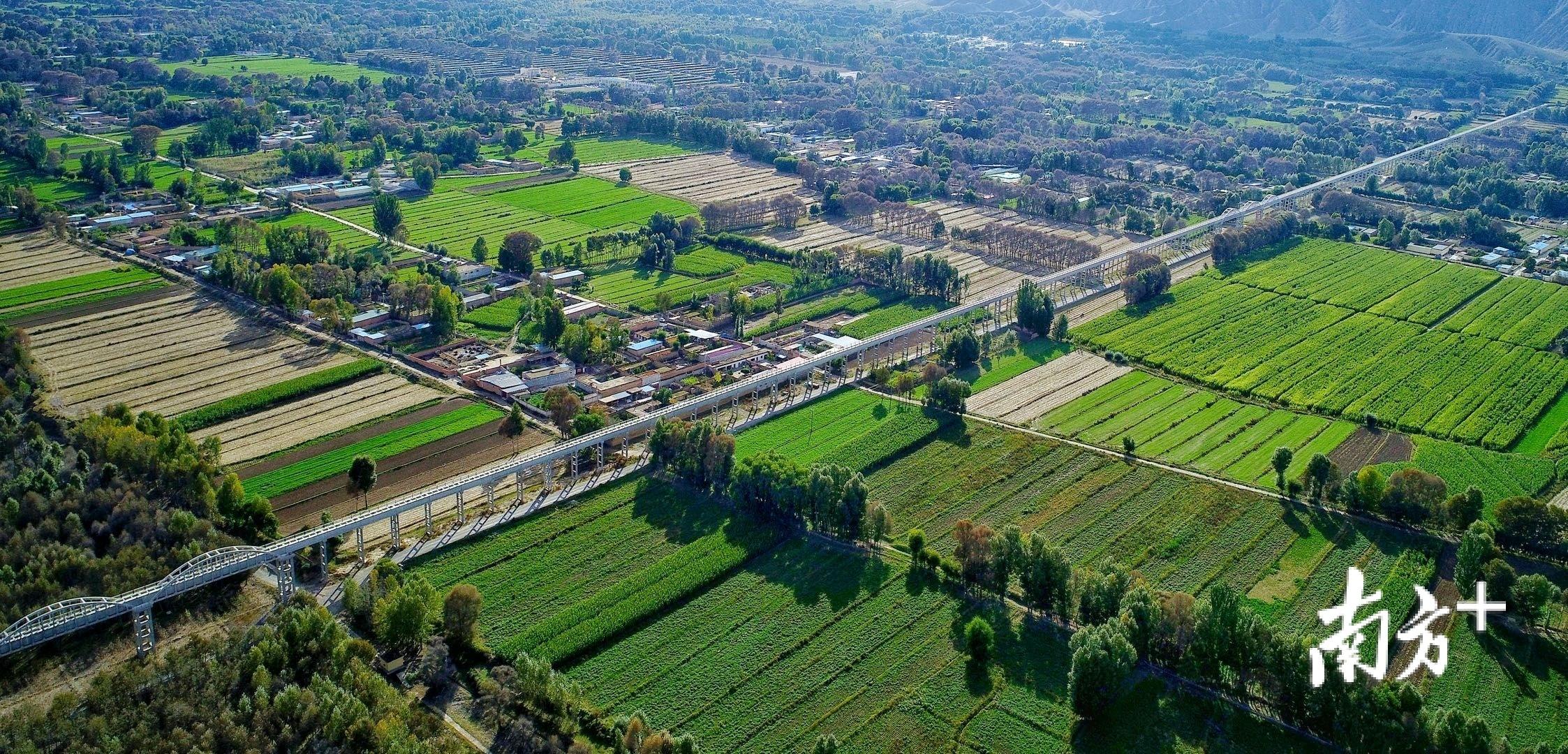 """日前,拉西瓦灌溉工程4号渡槽通过单位工程验收,将有效地为黄河谷地""""解渴""""。"""