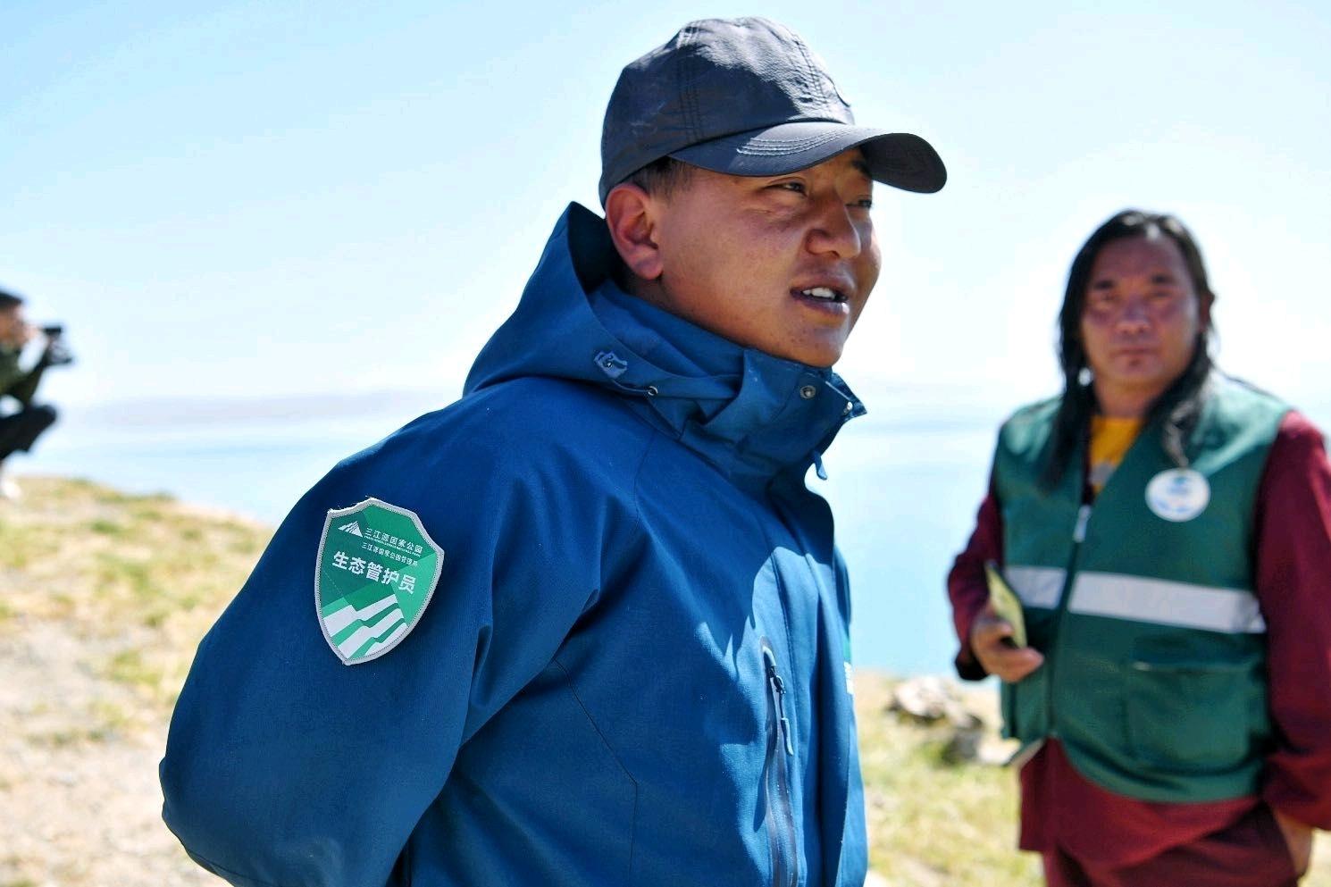 玛多县设置了3042名河湖管护员,对河流、湖泊周边环境进行巡护。