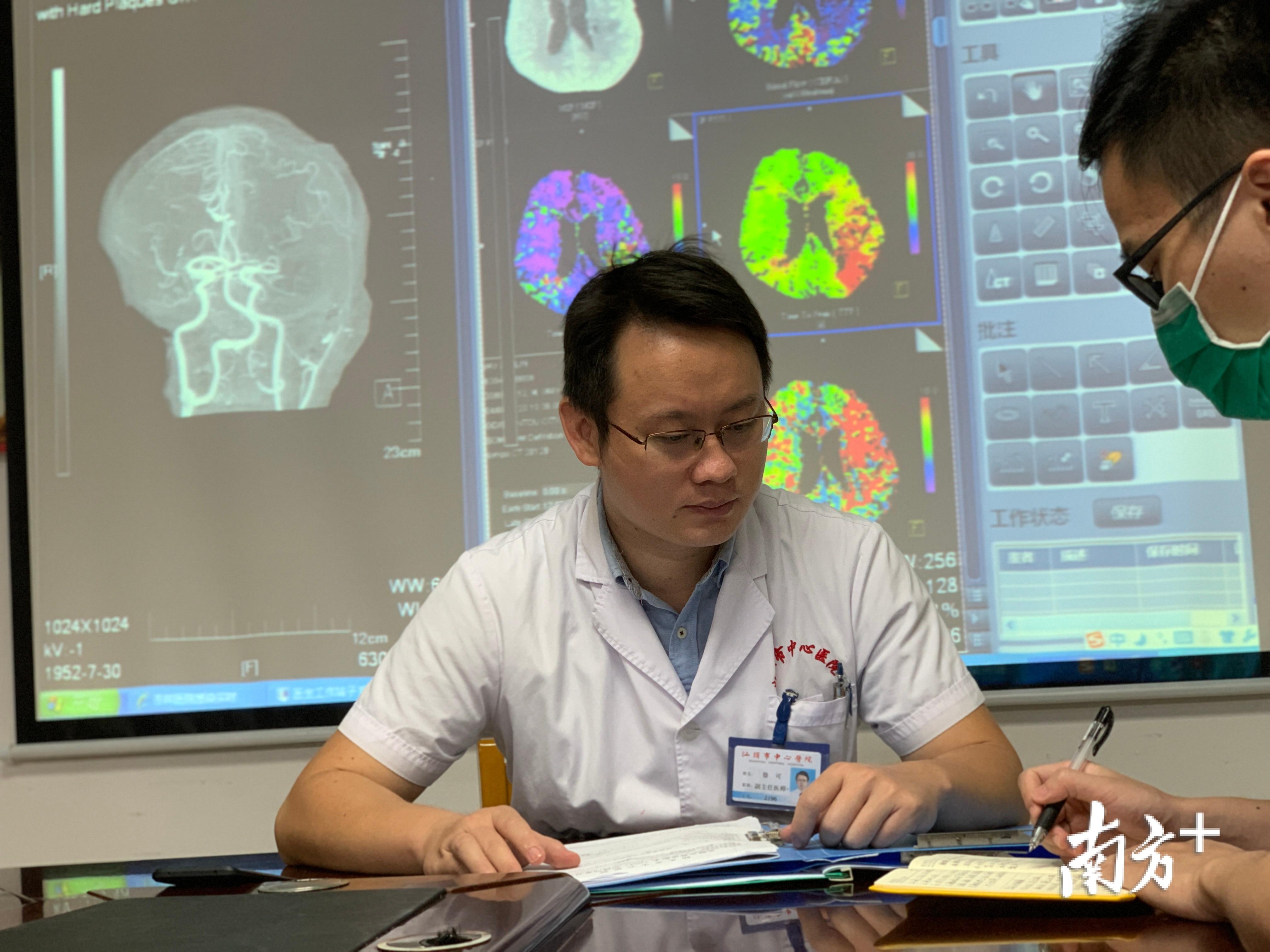 徐可与科室的医生一起讨论病例。