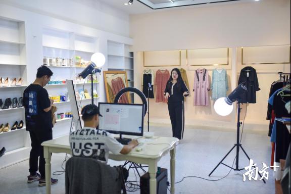 """依托东莞本土服装产业,这家虎门的直播基地遇到""""幸福的烦恼"""""""