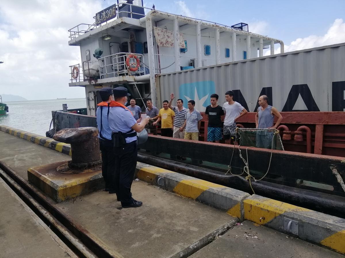 高栏边检民警在码头为船员办理出入境手续。