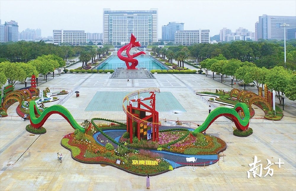 打卡东莞市中心广场立体花艺景观