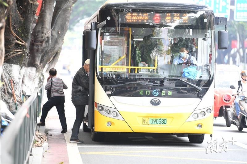 老人家搭乘公交车,都是冬装模式。杨兴乐摄