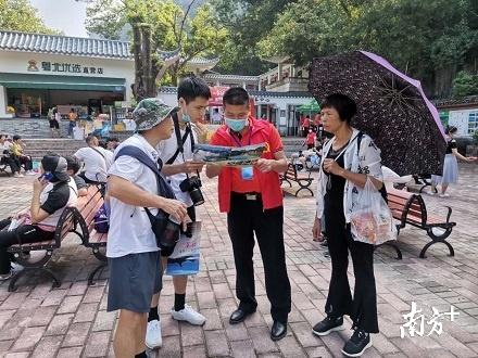 党员志愿者为游客解答。丹宣 摄