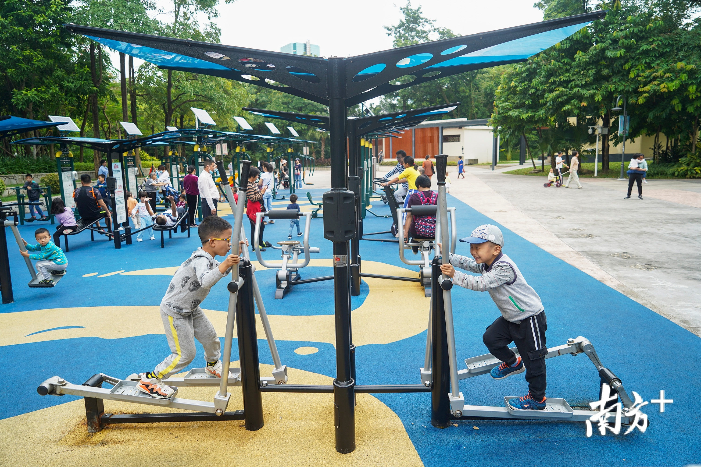 龙岗区龙城公园,一大早许多市民一家大小齐健身。