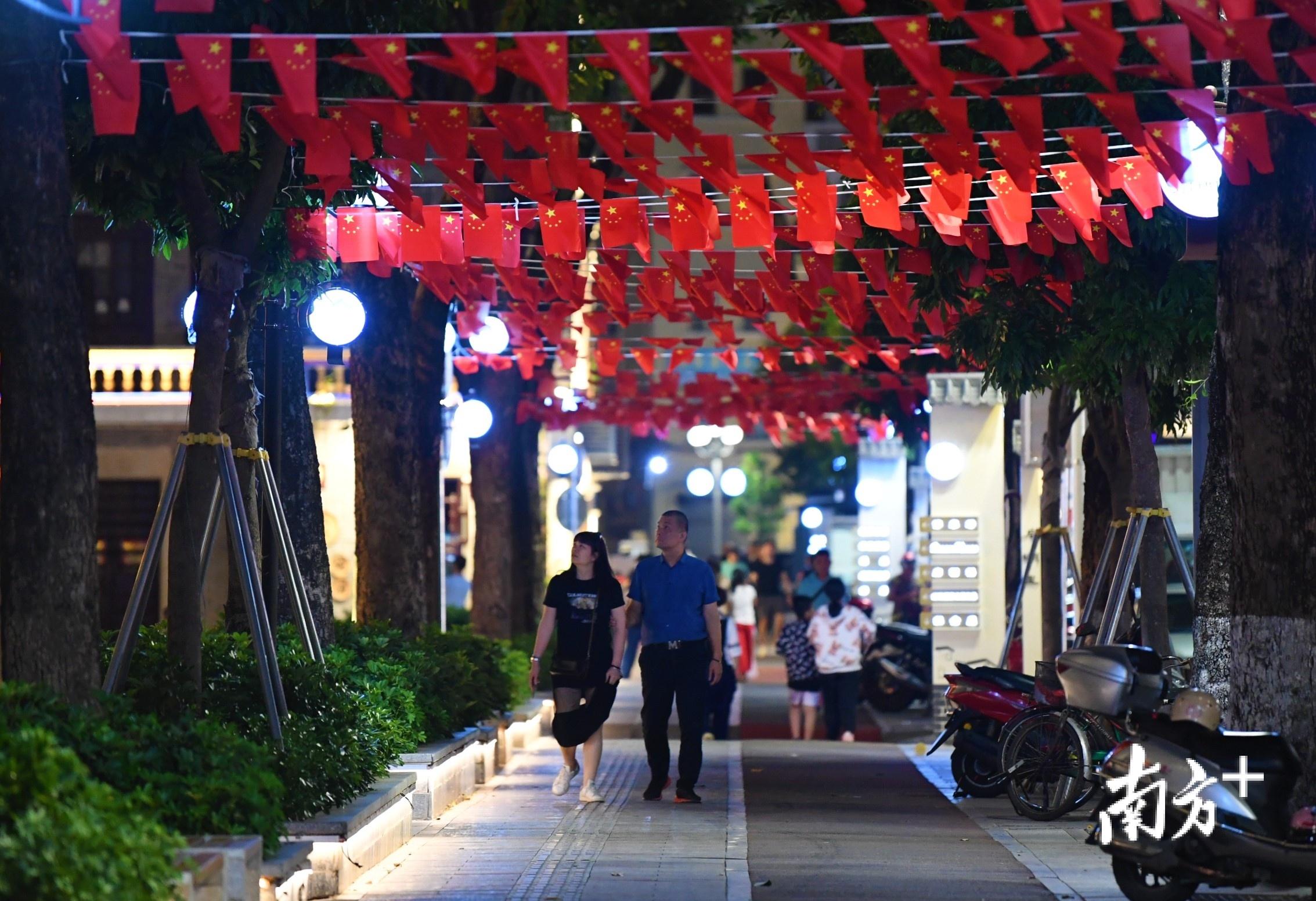 启明里是市民夜晚漫步休闲的好去处。杨兴乐 摄