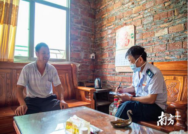 图为河源江东新区税务局扶贫干部陈安明到吉安村村民赖焕忠家中了解情况。曹佩佩 摄。