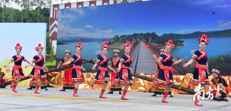 瑶族舞蹈表演。钟华 摄