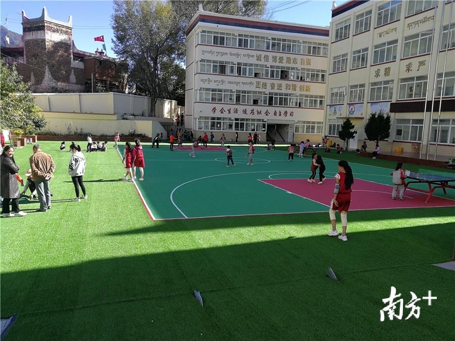 聂呷小学学生在操场玩耍。受访者供图
