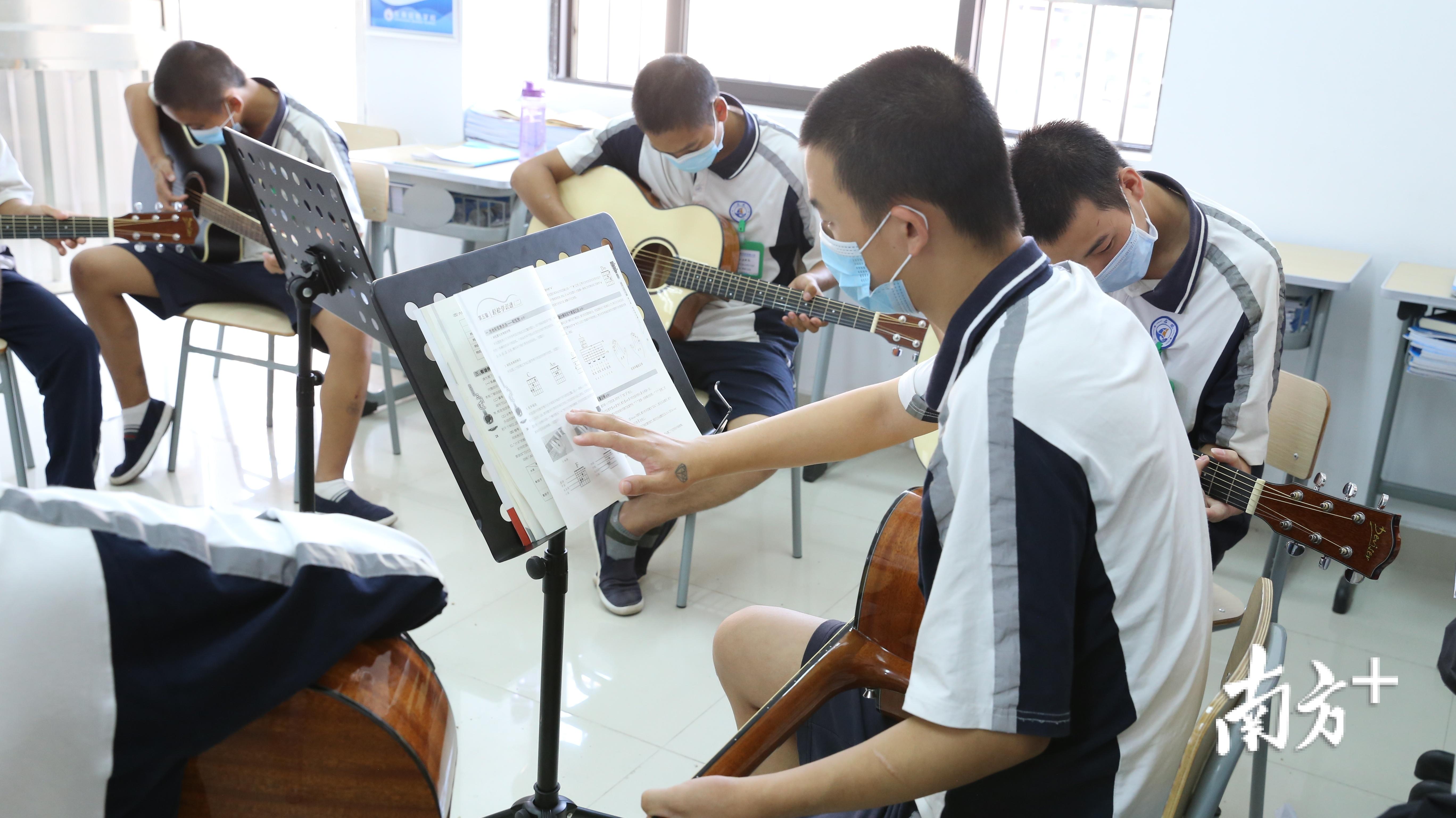 启航学校的学生在上吉他课。摄影 李玲
