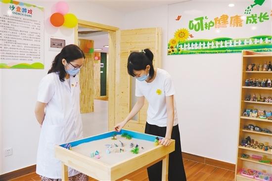 在心理治疗师的陪同下,参观体验者可通过沙盘游戏的形式,直面心中困扰。
