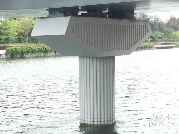 沙河西路新建立交桥挡墙、墩柱上增加了条纹装饰