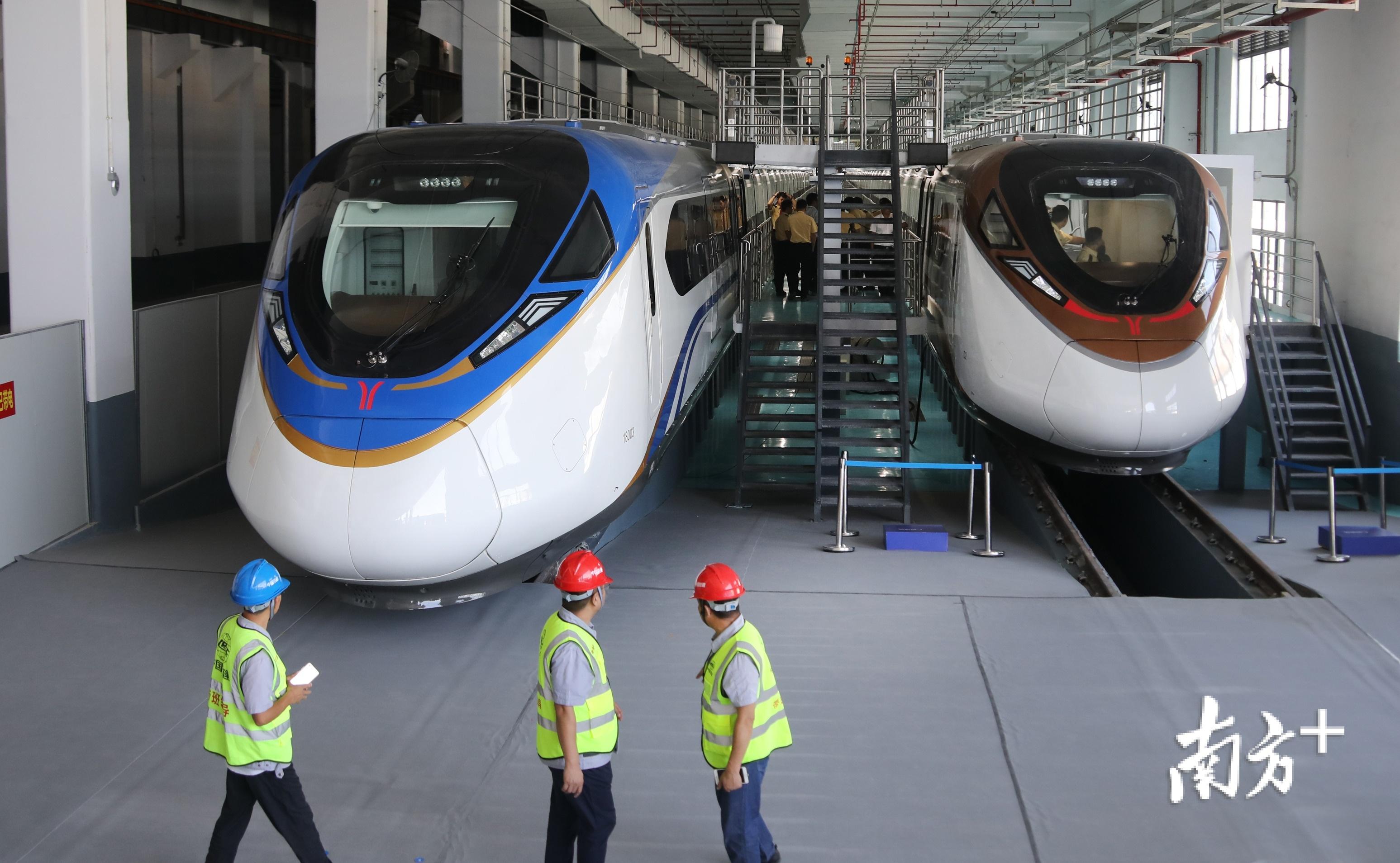 """广州地铁十八、二十二号线首列车9月正式交付,分别为""""湾区蓝""""和""""活力橙""""。南方日报记者 符超军 摄"""