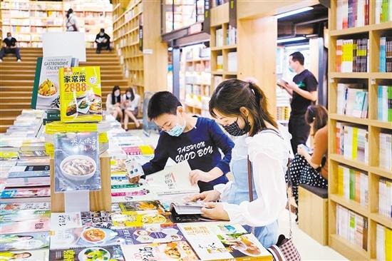 如今,蓬江区文化氛围愈加浓厚。图为市民在阅览场所读书。 周华东 摄