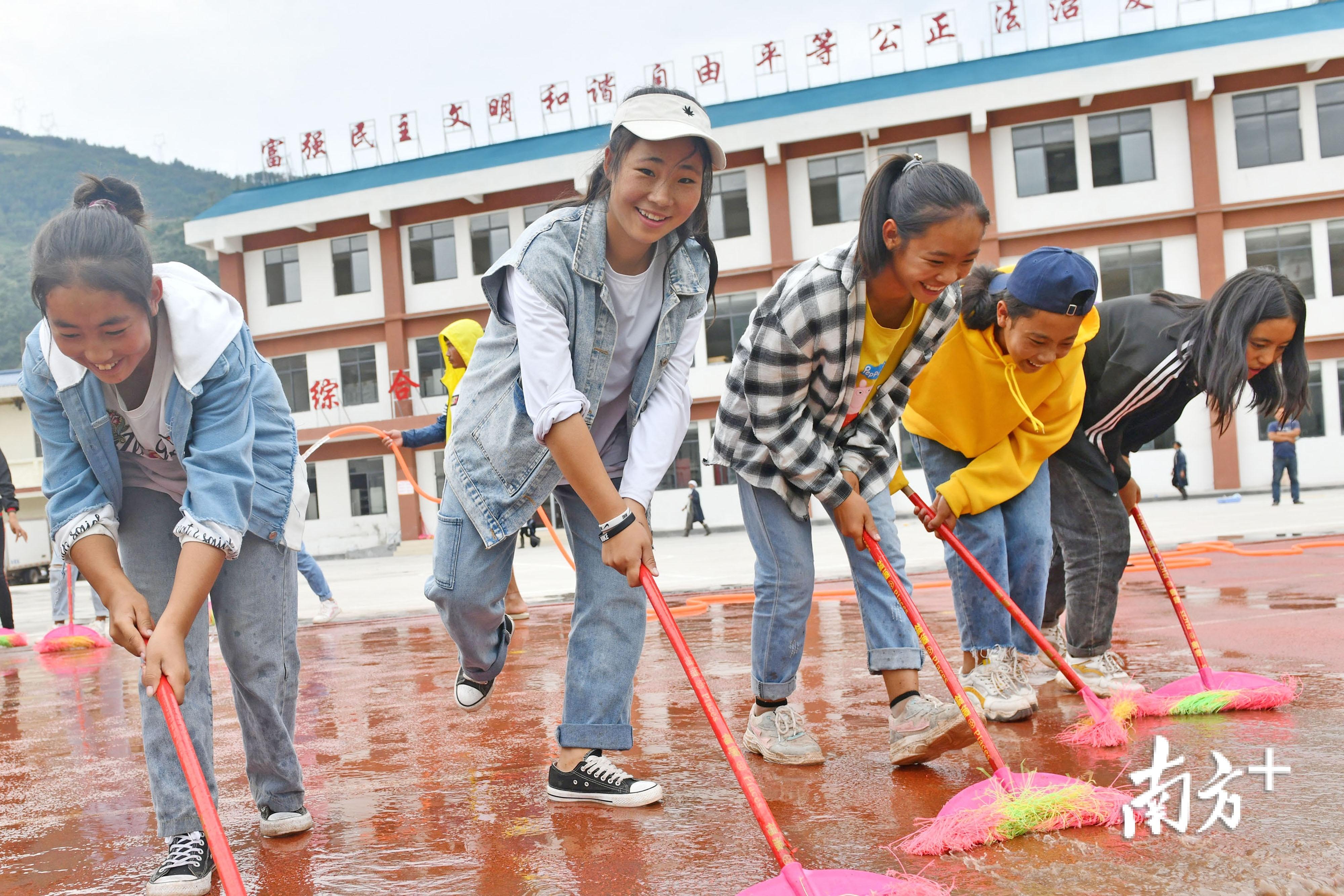美姑大桥初级中学,学生们打扫卫生,迎接新学期。