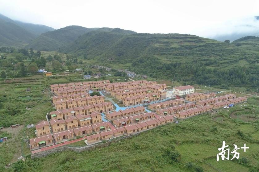 崭新亮丽的甘洛县清水新村。戴嘉信 摄