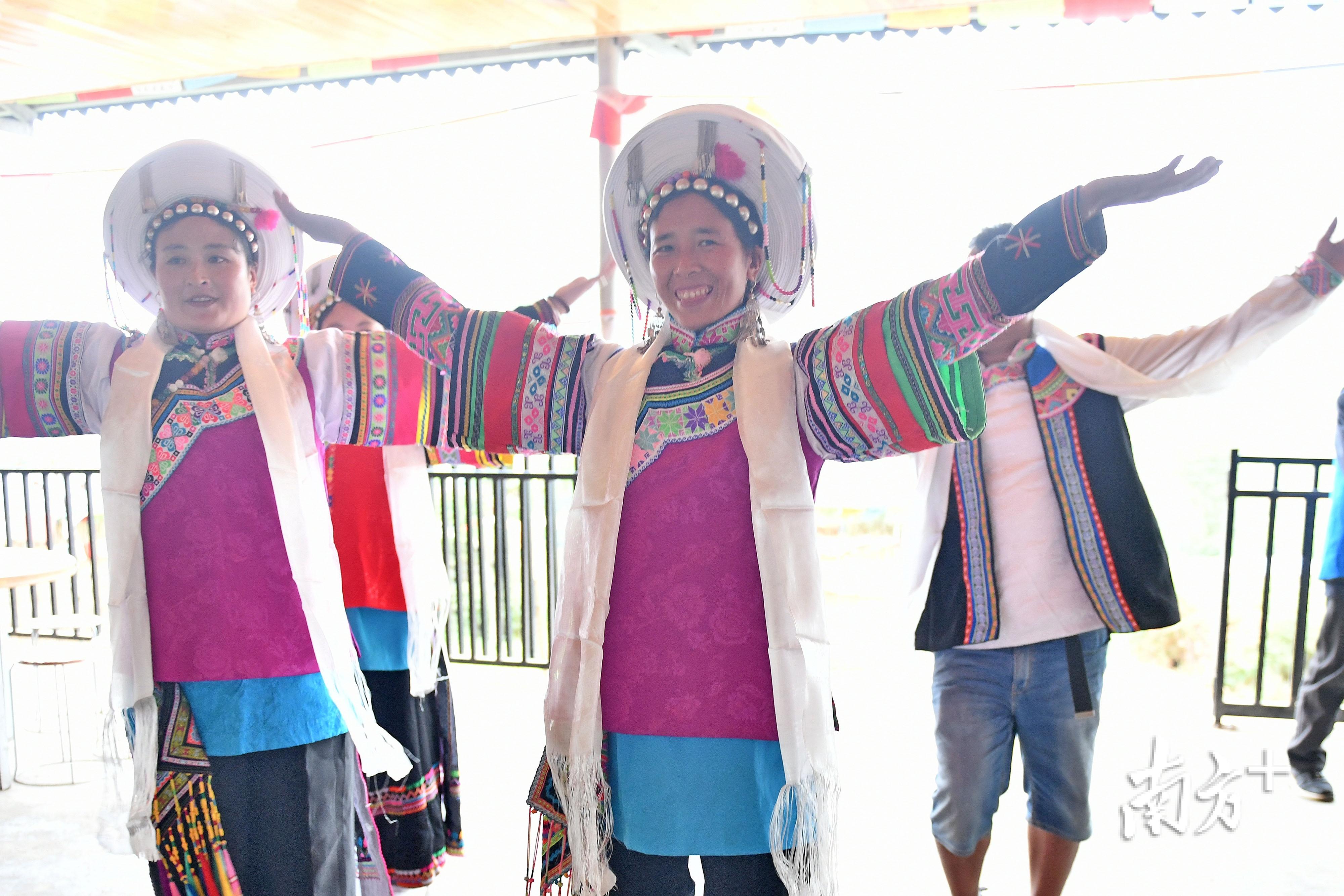 生活在甘洛县清水村的尔苏藏族人民能歌善舞,十分好客。