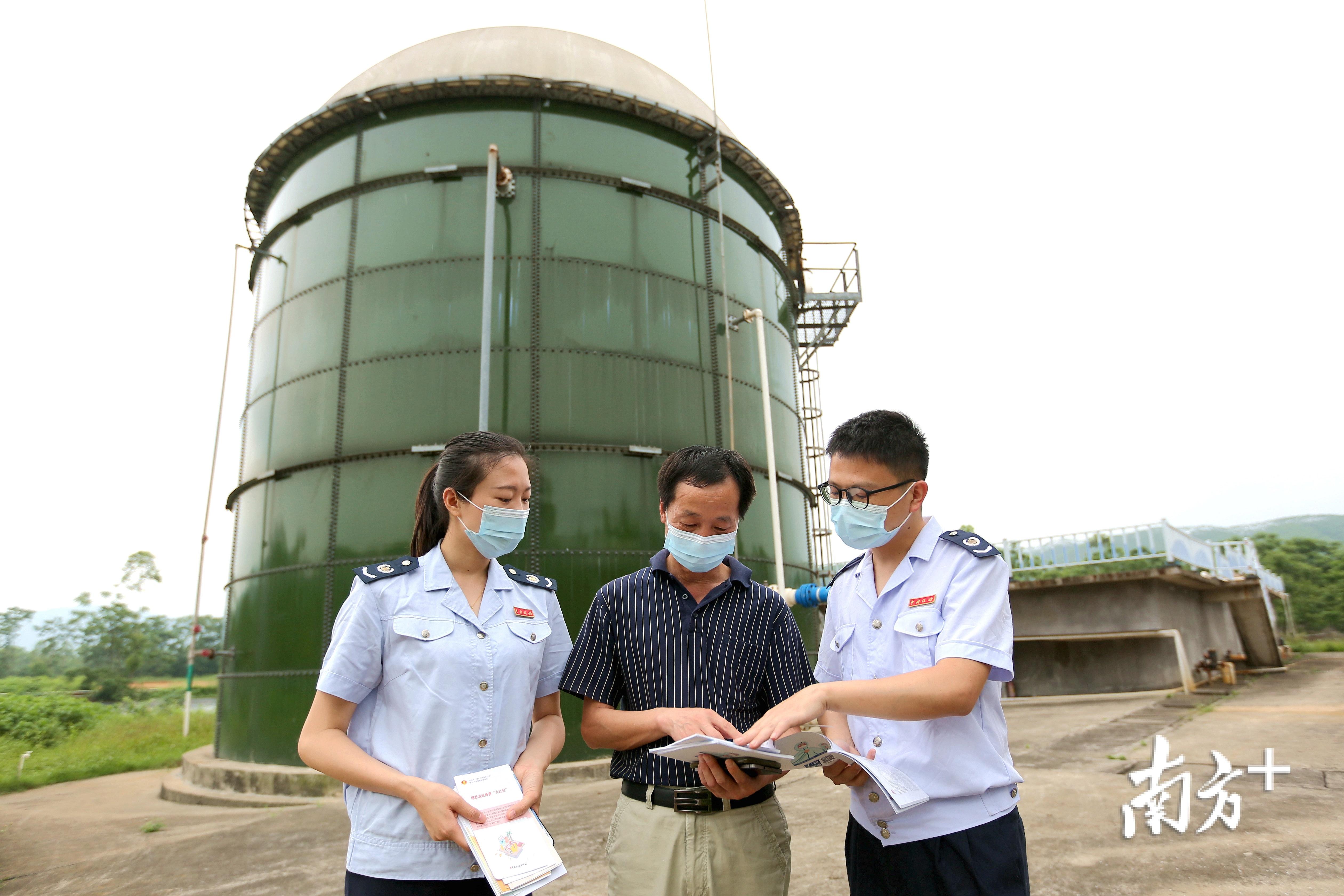 河源市连平县税务人员向纳税人讲解税费政策。(刘秀红摄)