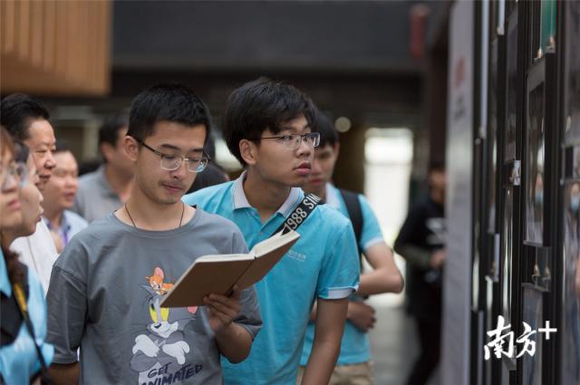 此次公益摄影联展是是对学生们进行的一次爱国主义教育。