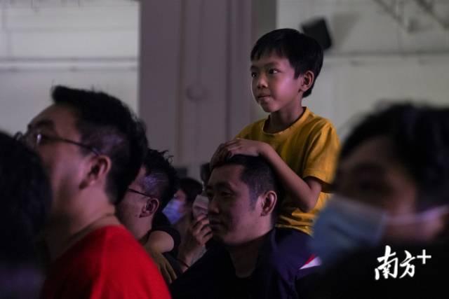 演出现场的观众。