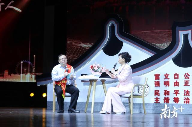 """荣获""""敬业奉献好人""""称号的邓医宇医生在现场讲述其作为重症医学医生支援武汉的抗疫经历。"""