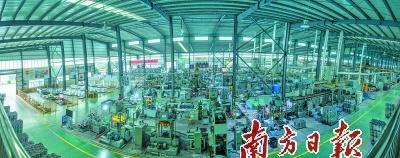 新兴凌丰集团不锈钢餐厨具自动化生产车间。严梓铭 摄