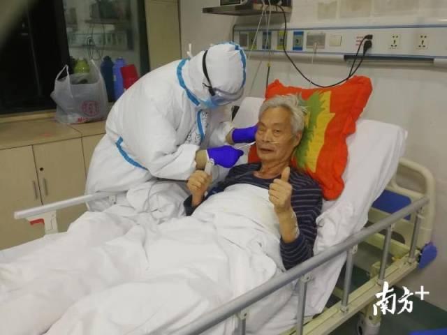 时间:驰援武汉,地点:汉口医院。杜沛康带领患者练习八段锦,杜沛康为患者进行耳穴压豆。