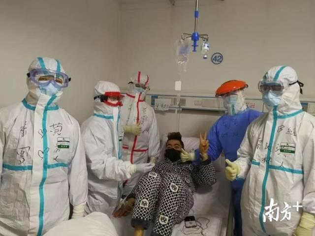 时间:驰援武汉,地点:汉口医院。罗良和杜沛康护理的患者由重症病房转至普通病房。