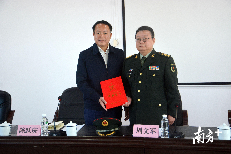 周文军为陈跃庆颁发了任职证书