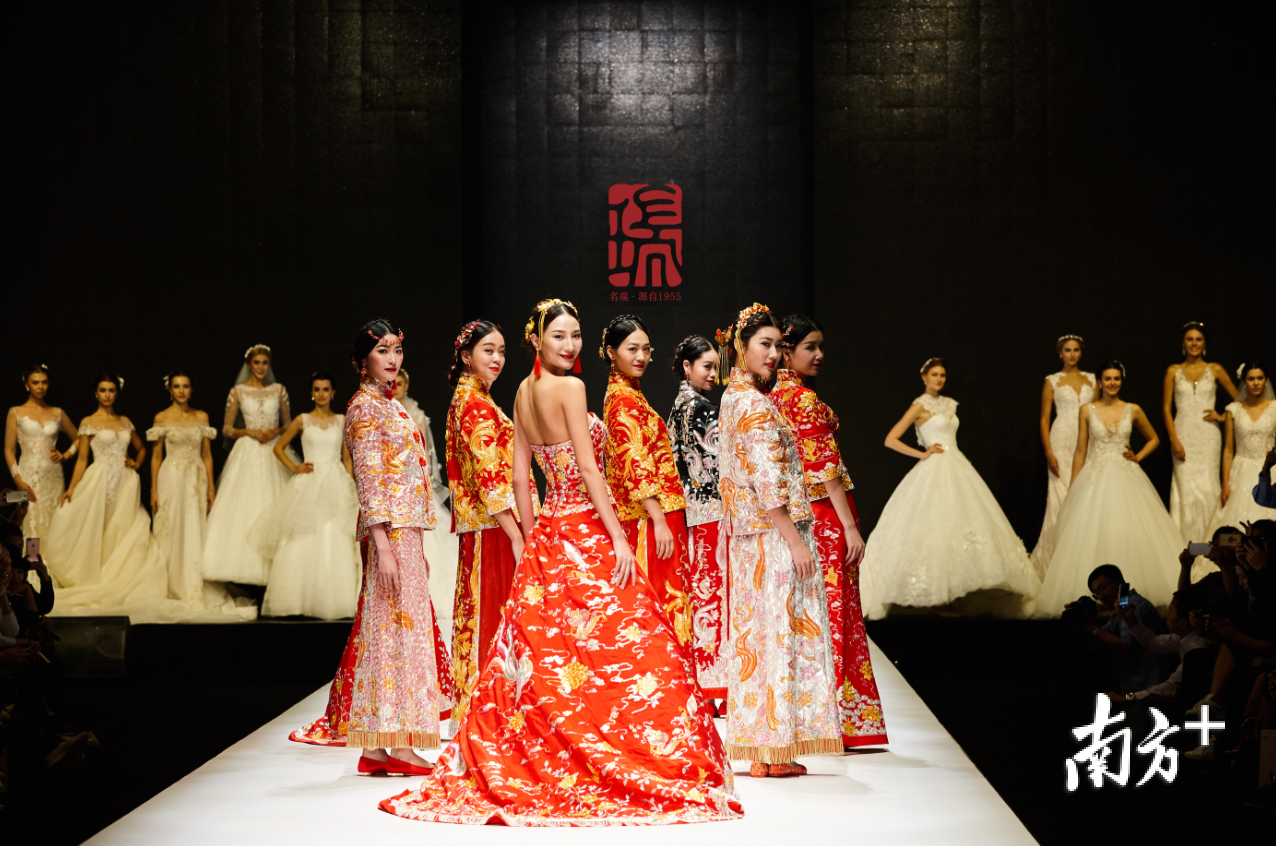 2016年11月,中国(潮州)国际婚纱礼服周举行名瑞·婚纱龙凤褂裙发布会,现场展示了20多款美轮美奂的龙凤褂裙。受访者供图