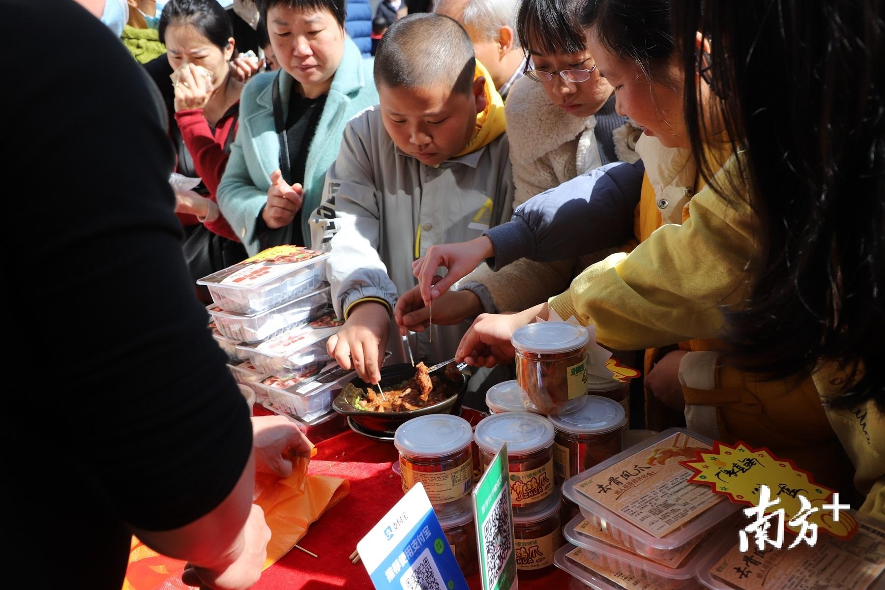 市民、游客现场品尝美食。