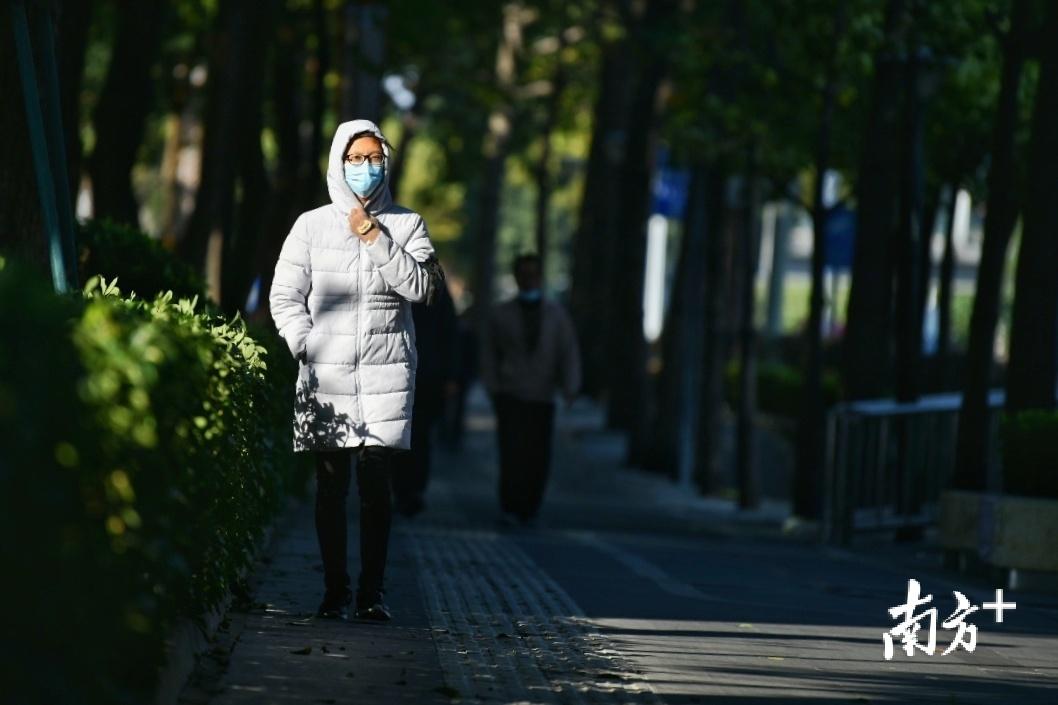 图为冷空气到来后,市民需注意保暖。戴嘉信 摄