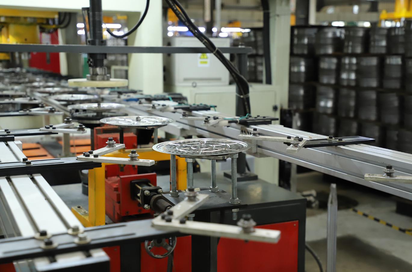 智能生产线10秒成型一件不锈钢产品。纪金娜 摄