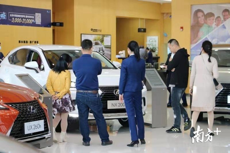 消费者正在看车。