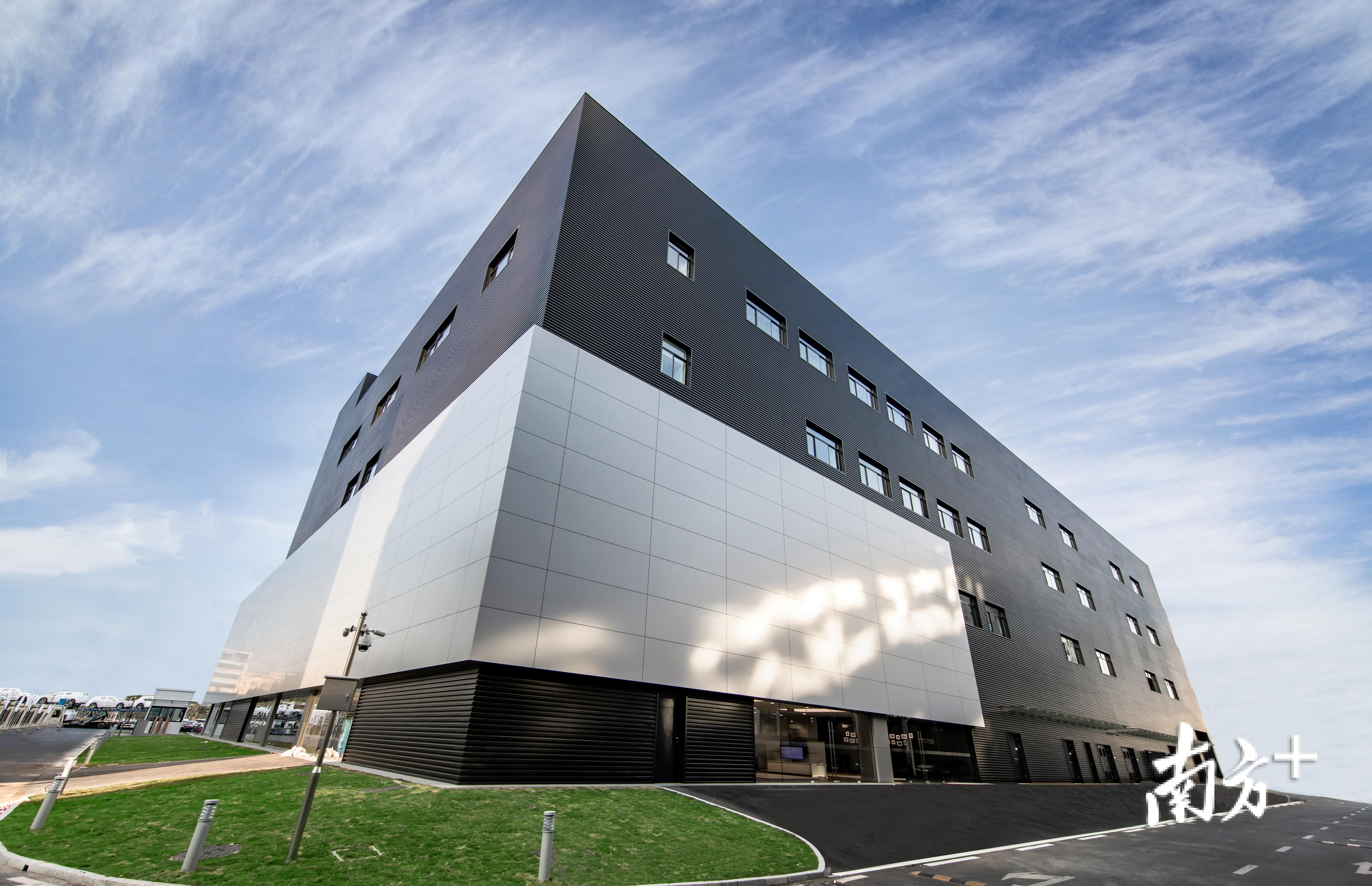 龙华同和汽车城内新开设的4S店。受访者供图。