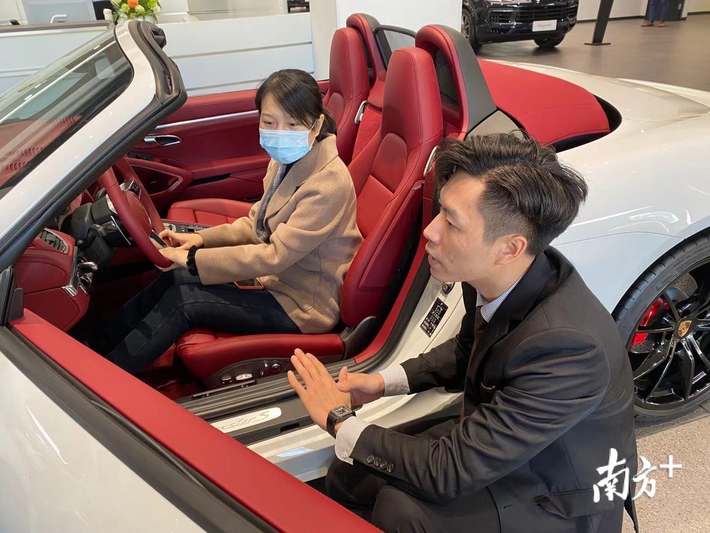 销售顾问在为消费者介绍汽车。受访者供图。