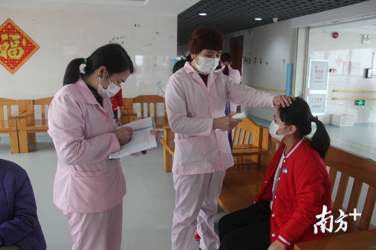 疫情期间,东莞市福利中心工作人员做好疫情防控工作