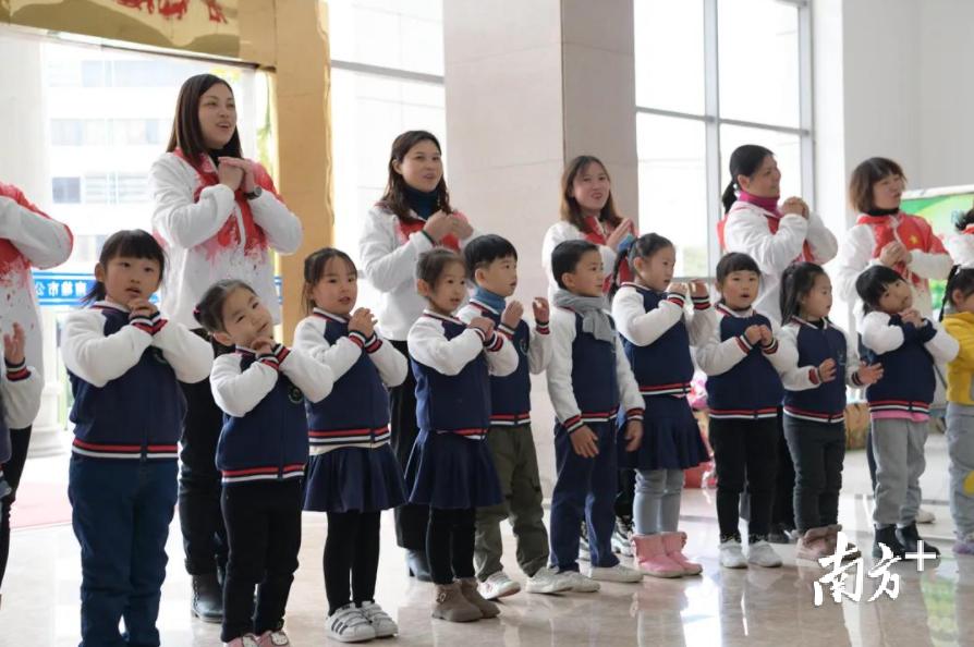 韶关南雄:首个警察节当天,小朋友进警营送祝福