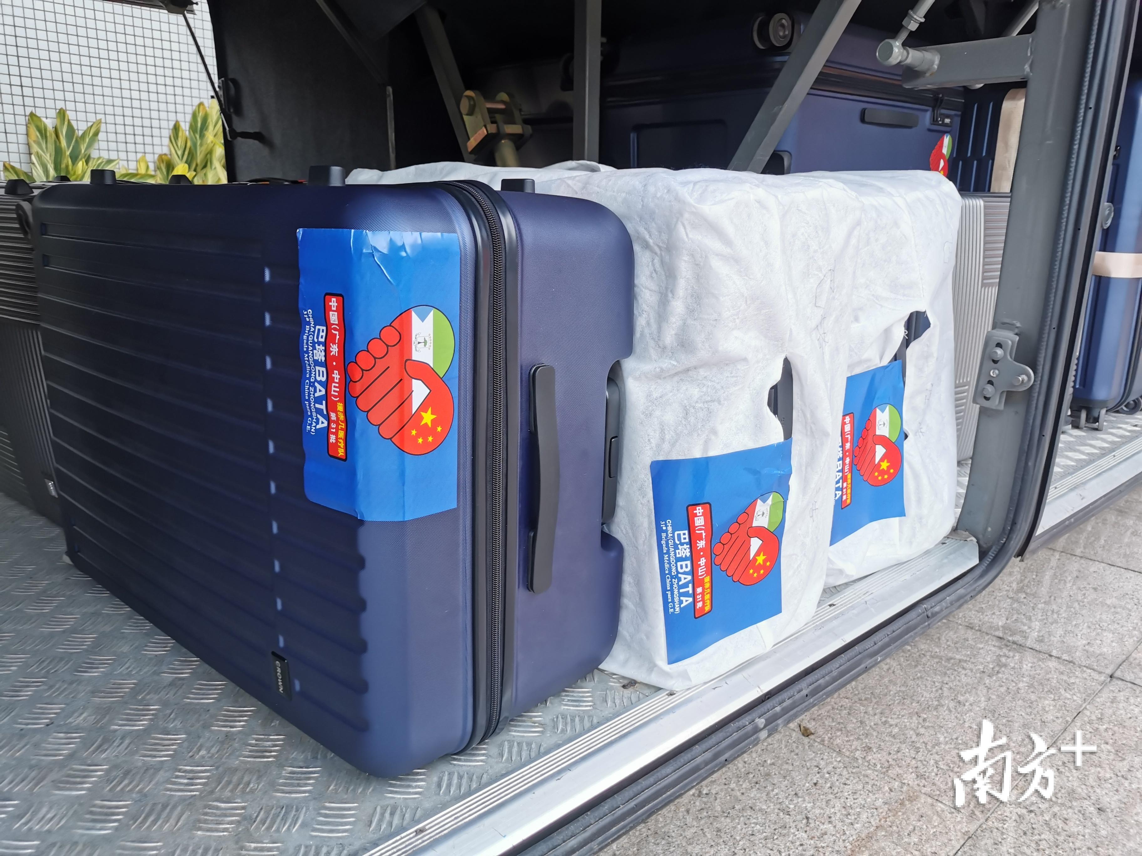 医疗队员的行李都贴上了专属的标签。