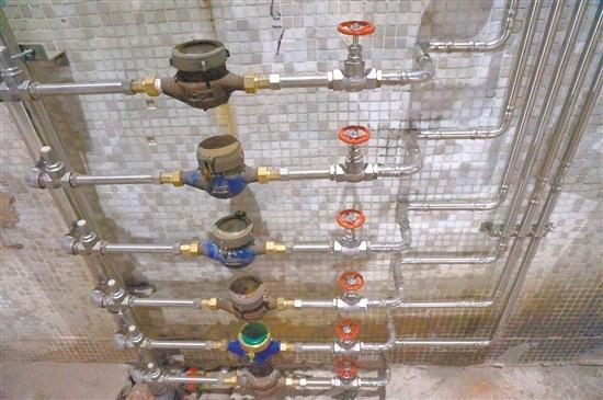 港口路潭江花园更换使用不锈钢供水管。