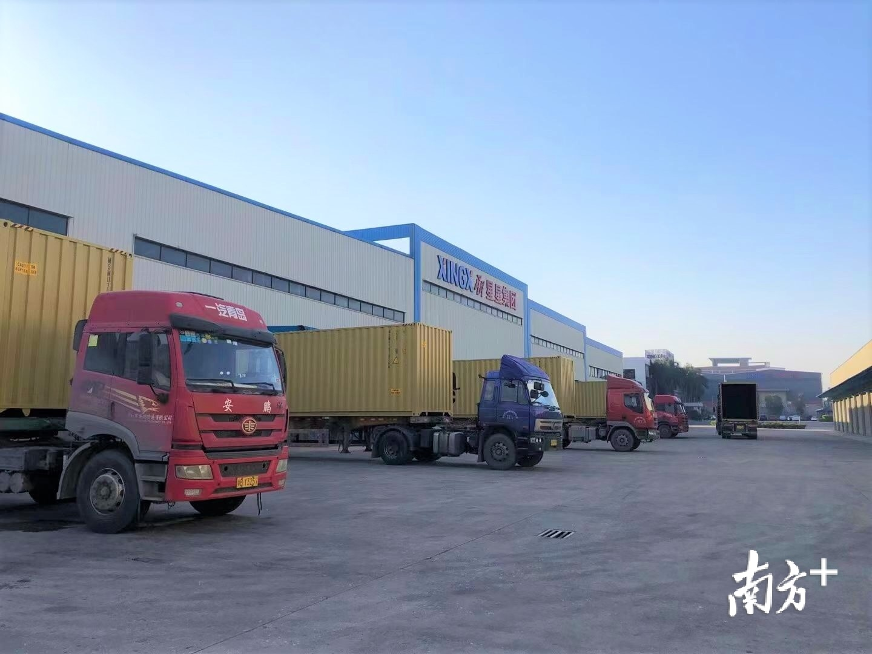 1月12日,广东星星制冷设备有限公司一批批商用冷柜通过货柜车运往深圳盐田港出口。林洛峰 摄