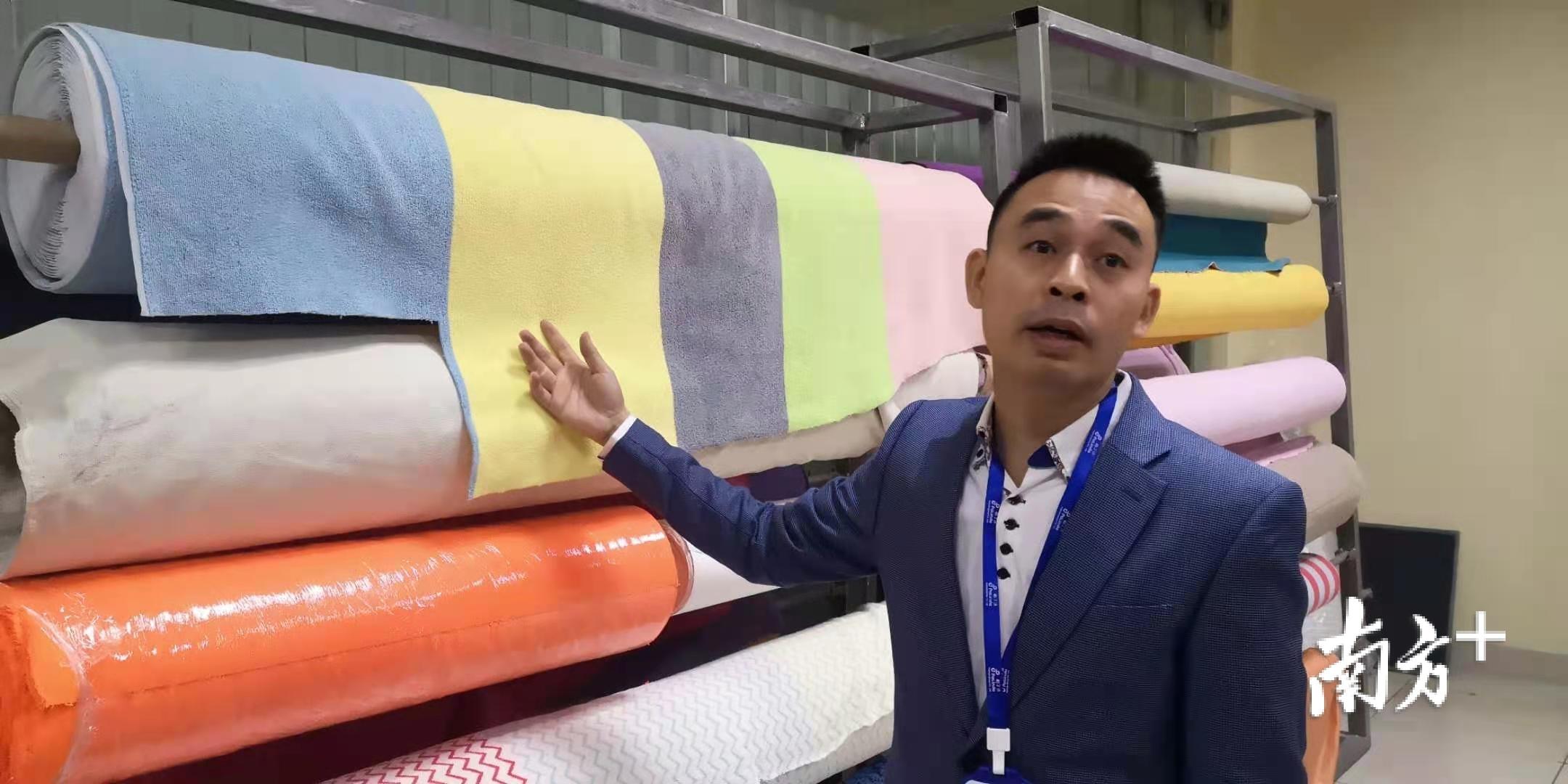 柏丁达董事长谢文向记者介绍超细纤维产品。卢浩能 摄