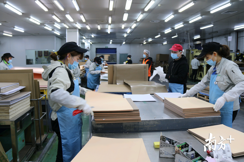 员工正在加紧生产。