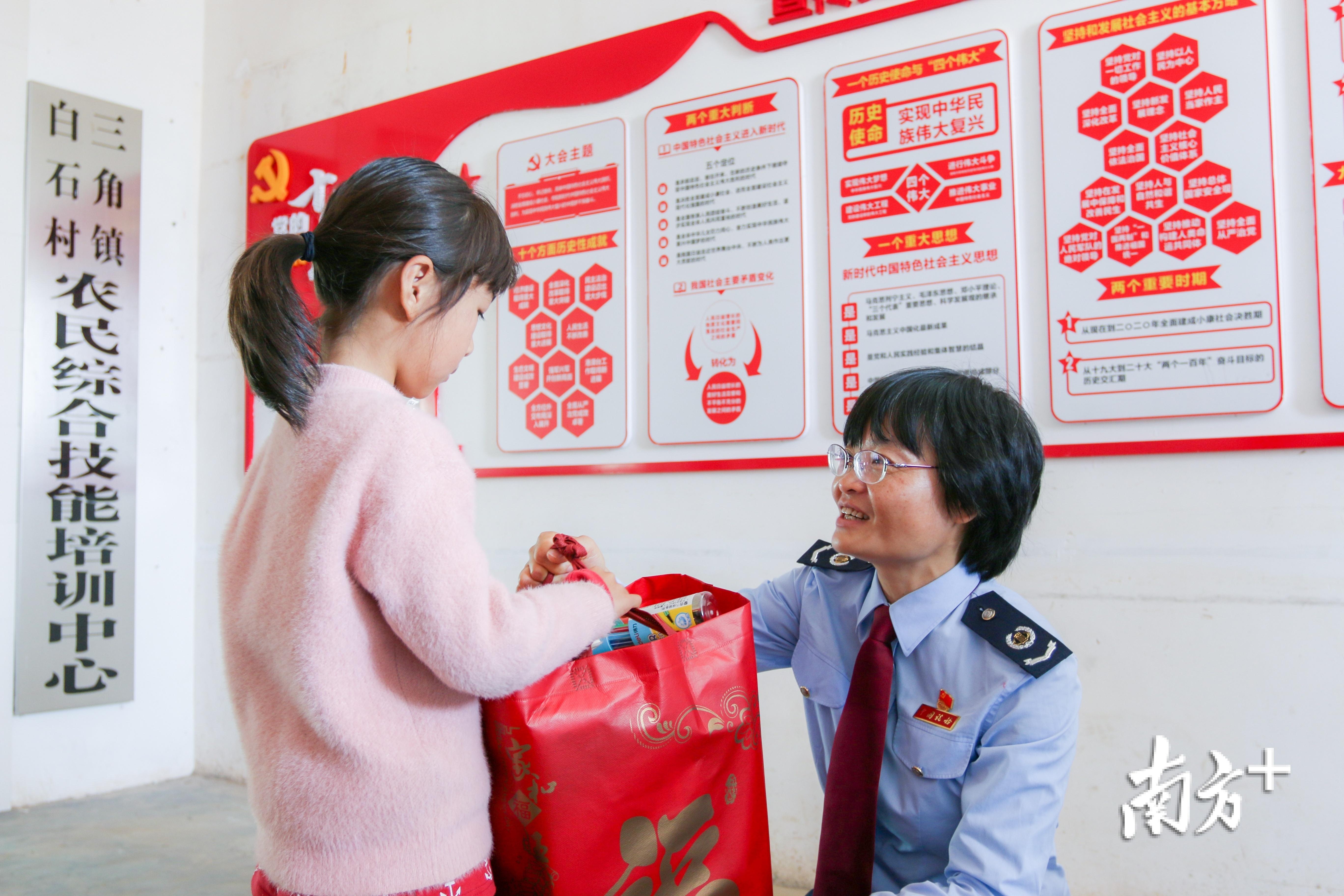 河源市税务局志愿者为孩子送上春节礼包。雷小红 摄