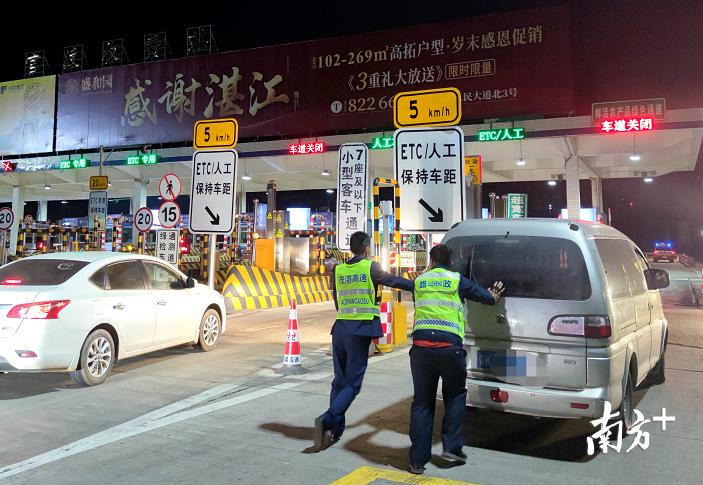 """经过努力,故障车顺利""""抵达""""官渡站出口并往安全区域停靠。"""